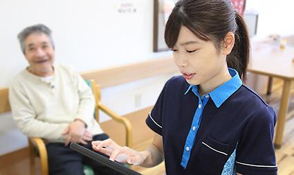 iPadを使用するスタッフ